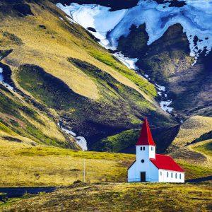 Voyage-organise-en-Islande-Paysage-Eglise-Vik-Montagne-Voyages-Del-Tour
